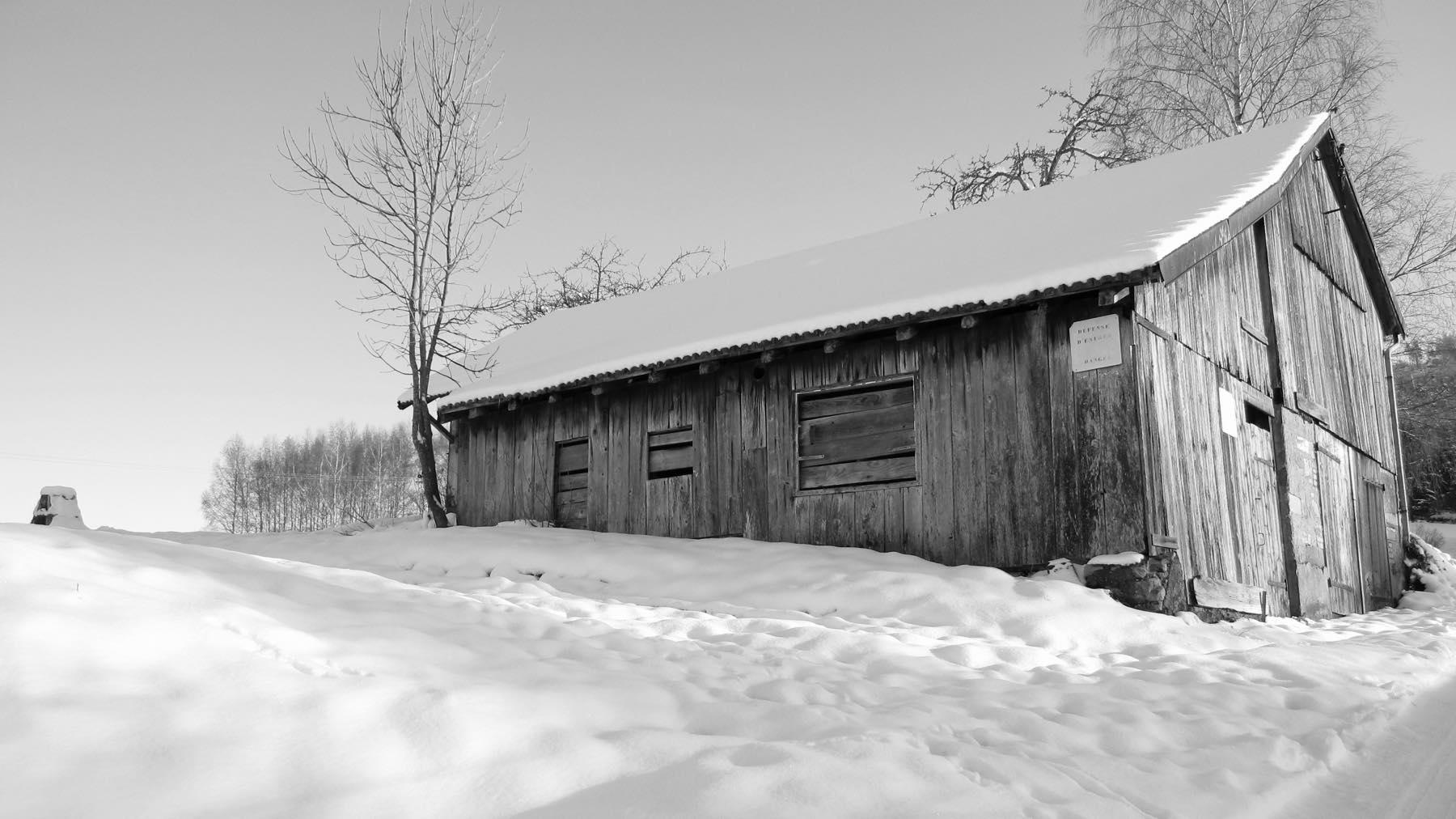 Grange enneigée [noir et blanc]